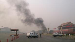 La police interdit l'accès à la place Tiananmen le 28 octobre 2013, après une attaque terroriste.