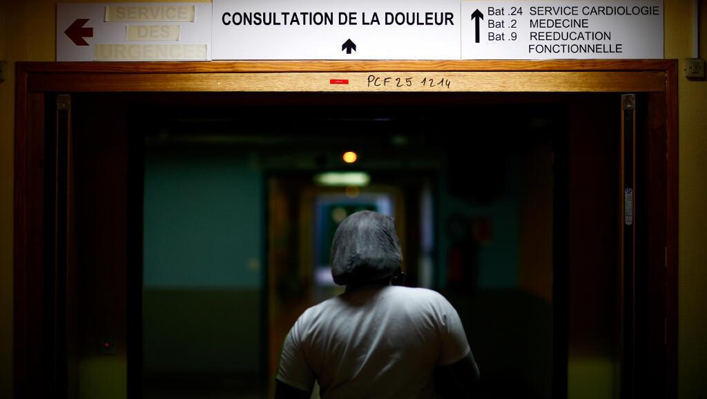 Una enfermera camina por el hospital Robert-Ballanger el 5 de mayo de 2020. El centro de salud está en la comuna Aulnay-sous-Bois, cerca de París y perteneciente a la región de Île-de-France, una de las que más personas hospitalizadas tiene por Covid-19 en toda Francia.