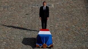 El presidente francés, Emmanuel Macron, frente al ataúd del fallecido expresidente Jacques Chirac durante el funeral de Estado en Los Inválidos, en París, Francia, el 30 de septiembre de 2019.