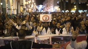Une nouvelle manifestation a rassemblé dimanche 24 mars plus de 10 000 enseignants marocains à Rabat, au Maroc.