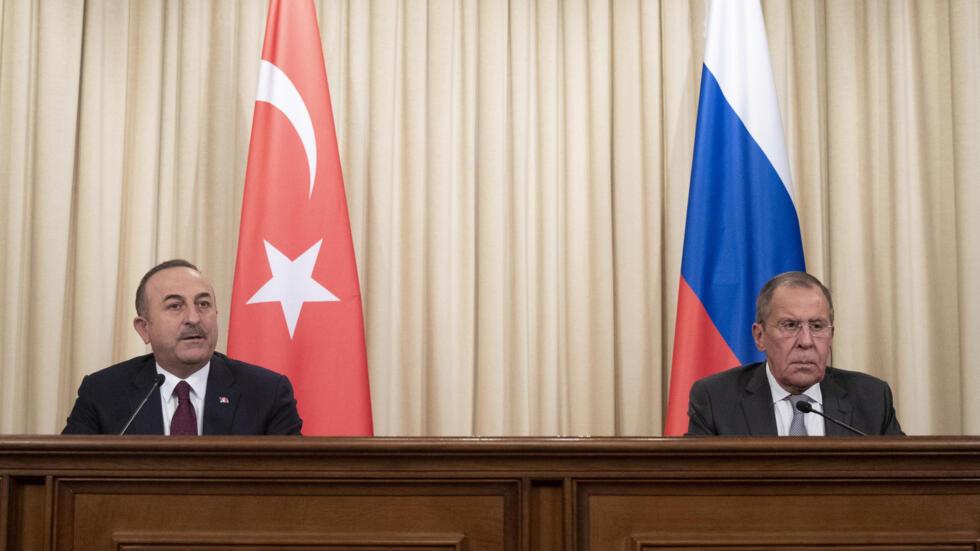 La Russie et la Turquie, ici représentés par leurs ministres des Affaires étrangères respectifs Mevlut Cavusogluet et Sergei Lavrov, se sont imposés comme incontournables dans le dossier libyen.