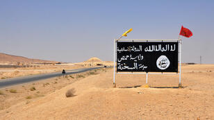 Un panneau de l'organisation État islamique, dans la ville d'Al-Sukhnah, le 13 août, en Syrie.