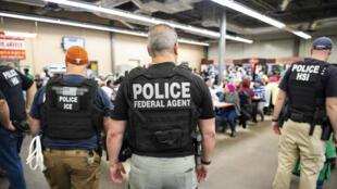 Des agents de la police migratoire américaine effectuant des arrestations dans un bâtiment agricole à Canton, dans le Mississippi, le 7août2019.