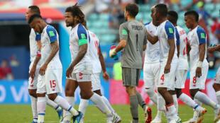 Los jugadores de Panamá tristes por la derrota ante Bélgica en su debut en la historia de los Mundiales de fútbol, el 18 de junio de 2018 en el estadio Olímpico de Sochi, Rusia.