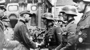 Léon Degrelle, fondateur du parti fasciste belge Rex et combattant sur le front de l'Est avec la 28e division SS Wallonie, en avril 1944 à Charleroi.