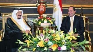 الرئيس السيسي مستقبلا الملك سلمان في القاهرة في 9 نيسان/أبريل 2016