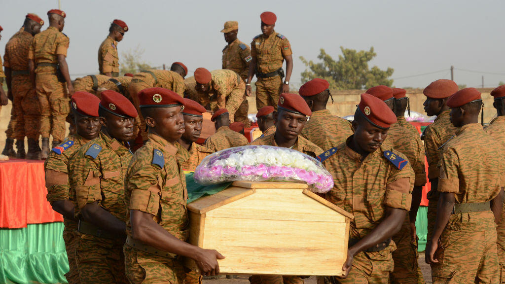 Des soldats burkinabè transportent le cercueil d'une des victimes de l'attaque de Nassoumbou, le 20 décembre 2016.