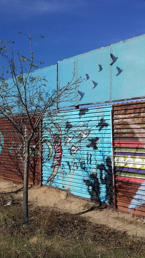 Enrique Chiu souhaite que le mur soit rempli d'images et de slogans positifs.