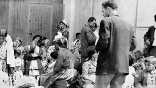 Des Algériens harkis et leur famille, rapatriés d'Algérie, attendent sur un quai du port de Marseille, le 23 juin 1962, d'être dirigés sur le camp de Bourg-Lastic dans le Puy-de-Dôme.