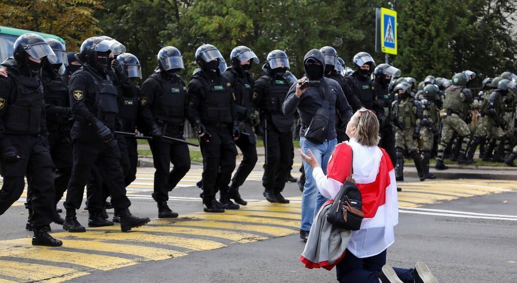 Una mujer se arrodilla frente a miembros de las fuerzas de seguridad, durante una manifestación antigubernamental, en Minsk, Belarús, el 13 de septiembre de 2020.