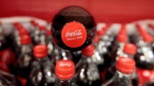 Según 'Le Monde', las financiaciones de la multinacional buscan hacer olvidar los riesgos vinculados con sus bebidas.