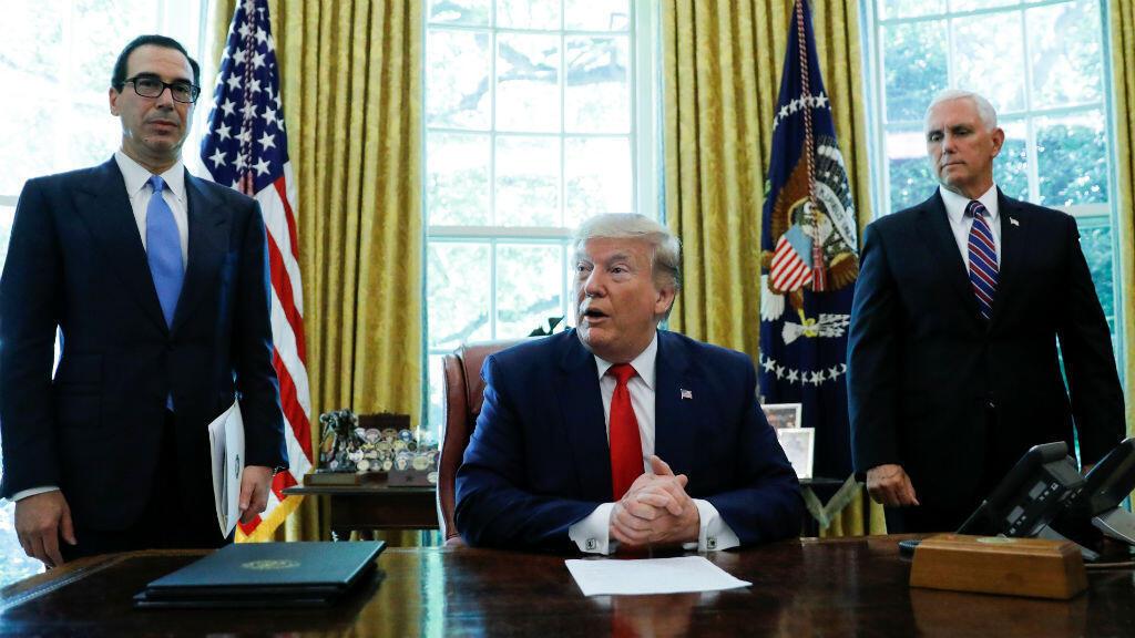 El presidente de los Estados Unidos, Donald Trump, en compañía del secretario del Tesoro, Steven Mnuchin, y del vicepresidente, Mike Pence, tras oficializar sanciones adicionales contra Irán en la Casa Blanca en Washington, EE.UU., el 24 de junio de 2019.