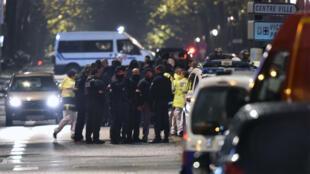 La police à proximité du lieu de la prise d'otages à Roubaix, le 24 novembre 2015.