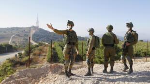 جنود اسرائيليون يراقبون الحدود مع لبنان قرب بلدة المطلة بتاريخ 14 تموز/يوليو 2020