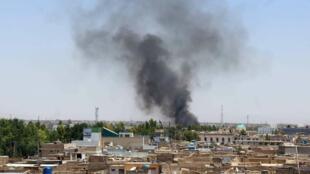 Una columna de humo emerge del lugar donde se produjo la explosión en Kandahar (Afganistán), el 22 de mayo de 2018.