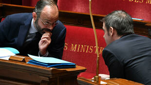 Édouard Philippe s'entretient avec Olivier Véran, ministre de la Santé, à l'Assemblée nationale, le 7 avril 2020.