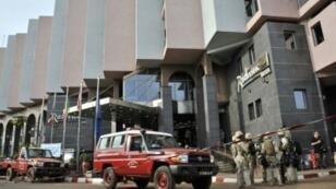 """- قوات مالية أمام فندق """"راديسون بلو"""" بعد انتهاء عملية احتجاز الرهائن 20 تشرين الثاني/نوفمبر 2015"""