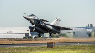Photo diffusée le 27 février 2020 par Dassault Aviation d'un avion de combat Rafale décollant du site de Mérignac à destination de l'Inde