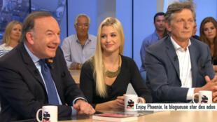 Pierre Gattaz, président du Medef, et EnjoyPhoenix, Youtubeuse, sur le plateau du Supplément de Canal+, le 31 mai 2015.