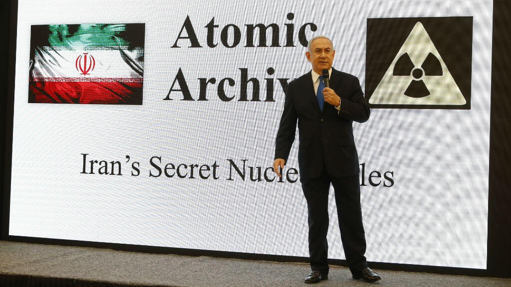 رئيس الوزراء الإسرائيلي بنيامين نتانياهو يتهم إيران بامتلاك برنامج نووي عسكري سري. تل أبيب في نيسان/أبريل 2018.