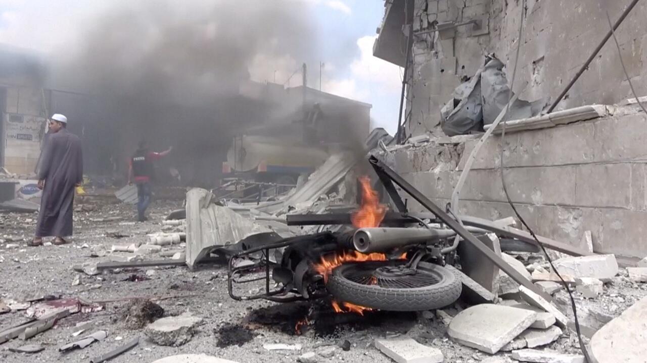 دراجة نارية تحترق بعد غارة جوية في محافظة إدلب، سوريا, 17 آب/أغسطس 2019.