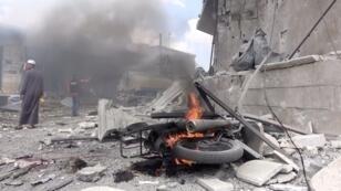 دراجة نارية تحترق بعد غارة جوية في محافظة إدلب، سوريا, 17 أغسطس آب 2019