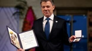 الرئيس الكولومبي خوان مانويل سانتوس أثناء تسلمه لجائزة نوبل للسلام في 10 كانون الأول/ديسمبر 2016