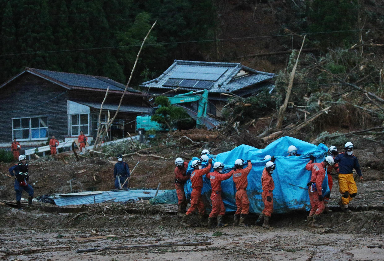 منقذون يعملون في موقع تضرر بأمطار غزيرة في غرب اليابان في 05 تموز/يوليو 2020