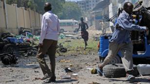 Les passants fuient après une attaque des Shebab à la voiture piégée contre le ministère de l'Éducation à Mogadiscio, mardi 14 avril 2015.