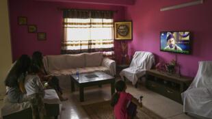 Une famille pakistanaise regarde une série turque diffusée par la télévision pakistanaise, le 9 mai 2020