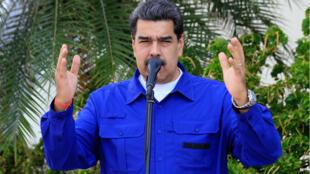 El presidente Nicolás Maduro habla a los medios después de su llegada al aeropuerto internacional Simón Bolívar, a las afueras de Caracas, Venezuela, el 26 de septiembre de 2019.