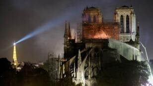 Notre-Dame de Paris en feu, dans la nuit du lundi 15 au mardi 16 avril 2019.