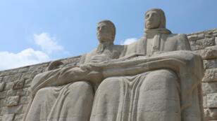 Au pied du Monte Tomba, le monumental ossuaire de Pederobba.
