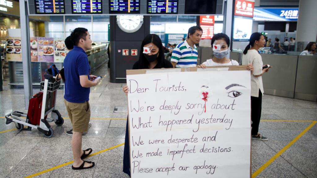Este miércoles 14 de agosto, los manifestantes antigubernamentales piden disculpas por los enfrentamientos de ayer con la policía en el aeropuerto de Hong Kong, China.