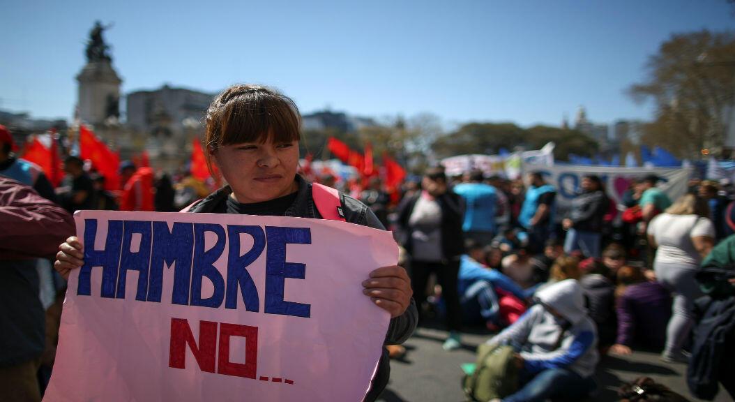 """Una manifestante en las inmediaciones de congreso argentino sostiene una pancarta con el mensaje """"hambre no"""", en medio de las protestas contra la austeridad y las medidas económicas del presidente Mauricio Macri, en Buenos Aires, Argentina, el 12 de septiembre de 2019."""