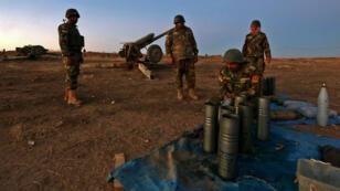 Des combattants peshmerga préparent leurs armes alors qu'ils se trouvent à environ 25km de Mossoul le lundi 17 octobre 2016.
