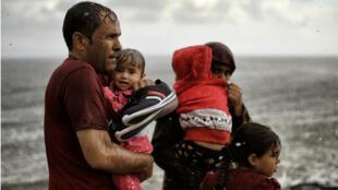 Photo d'archive prise le 28 septembre 2015 montrant des migrants arrivant à Lesbos.