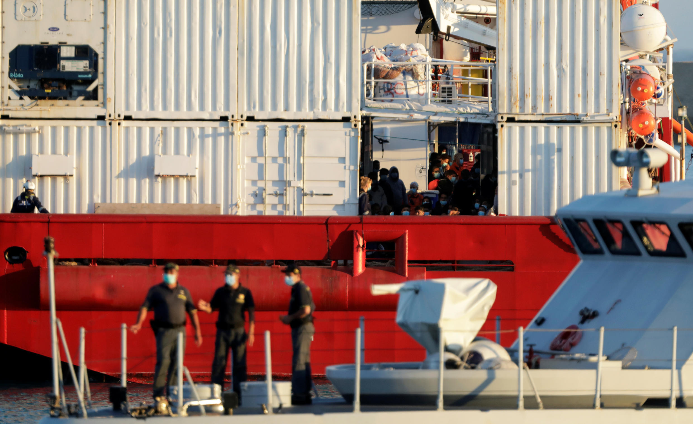 L'Ocean Viking arrive à Porto Empedocle, en Sicile, le 6 juillet 2020.