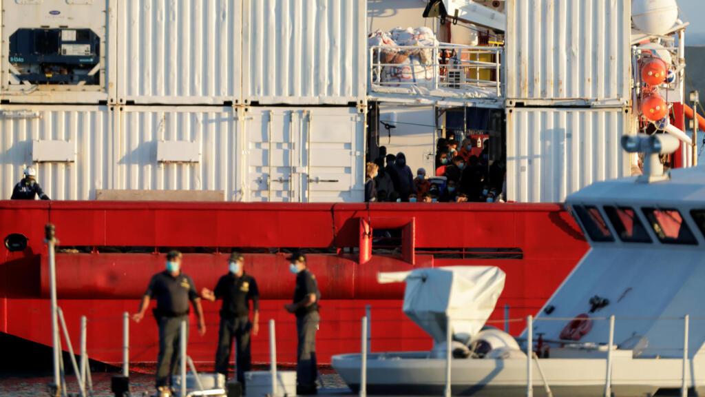 Les 180 migrants secourus par le navire Ocean Viking débarquent en Sicile