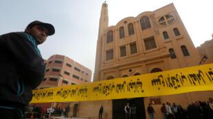 Un cordón de cinta policial rodea el sitio del ataque a una iglesia en el distrito de Heluán, al sur de El Cairo, el 29 de diciembre de 2017.