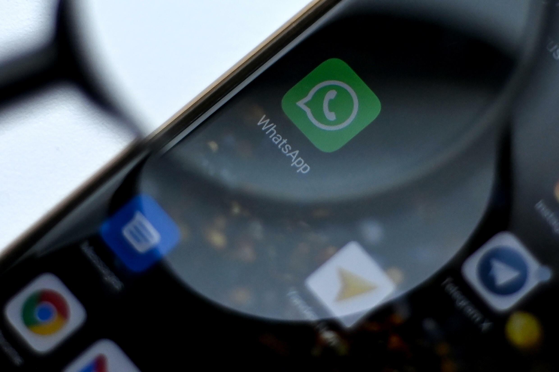 El logotipo de WhatsApp Messenger aparece en la pantalla de un teléfono en Moscú, el 26 de agosto de 2021.