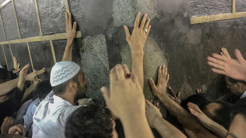 Fieles musulmanes tocan la Kaaba mientras oran, en la Gran Mezquita, en La Meca.