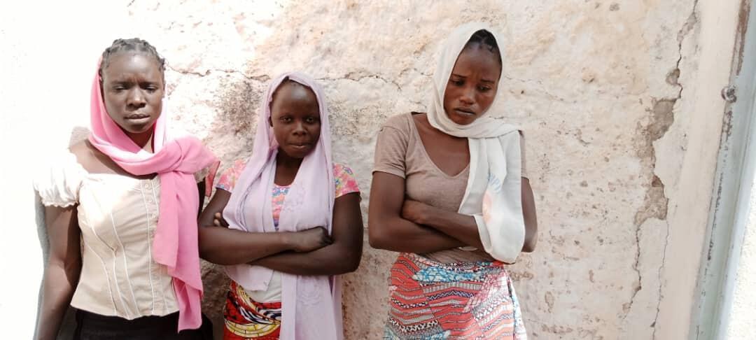 Martha Weteya, Marie Dawandala, et Damaris Doukouya (de gauche à droite) à la prison de Mokolo, au Cameroun.