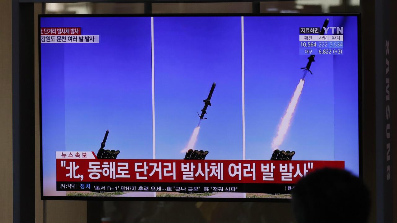 Una pantalla de televisión transmite informes sobre el lanzamiento de misiles de Corea del Norte. Seúl, Corea del Sur, el 14 de abril de 2020.