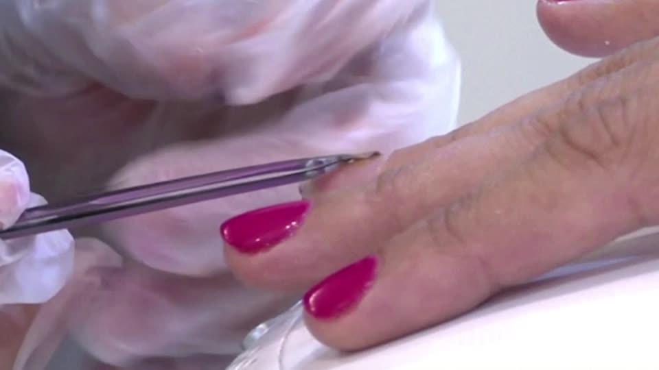 طلاء أظافر يحمل رقاقة ذكية في صالون تحميل في دبي