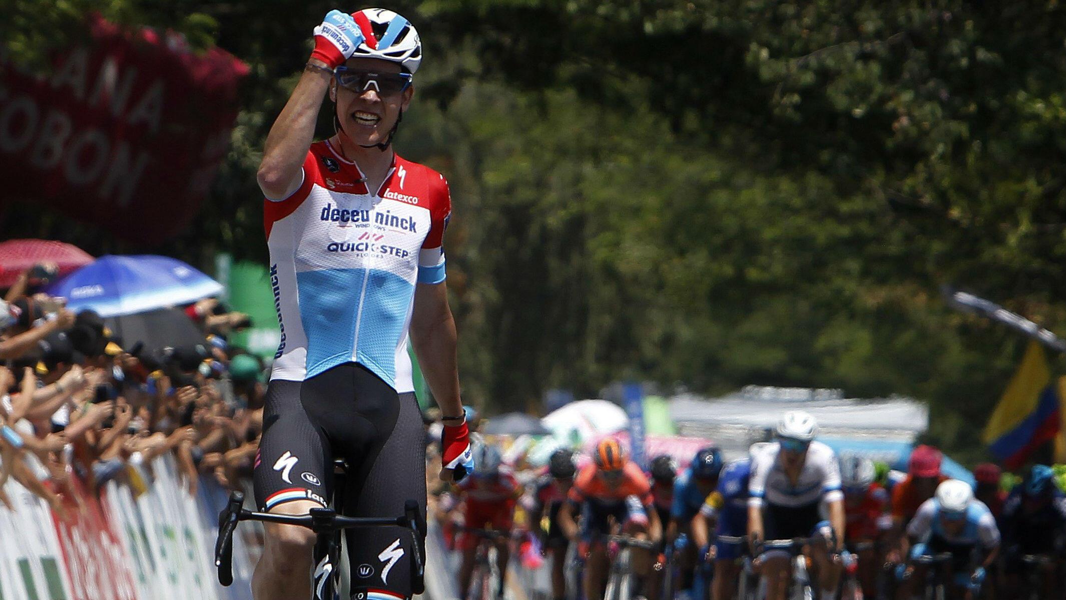 El ciclista luxemburgués Bob Jungels (Deceuninck-Quick Step) cruza en soledad la meta y gana la cuarta etapa del Tour Colombia 2.1, en Medellín, Antioquia, Colombia, el 15 de febrero de 2019.
