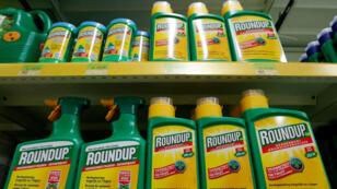 El herbicida Roundup de Monsanto se exhiben para la venta en una tienda cerca de Bruselas, Bélgica, el 27 de noviembre de 2017.