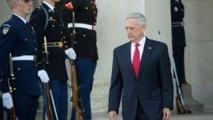 وزير الدفاع الأمريكي جيم ماتيس أمام البنتاغون في 13 تشرين الثاني/نوفمبر 2017