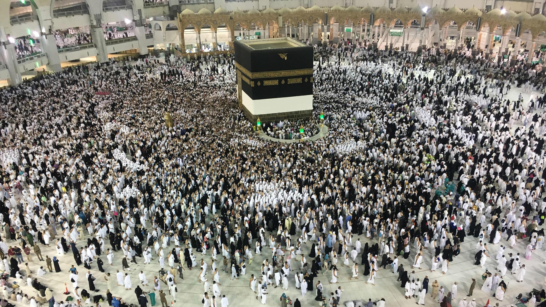 Peregrinos musulmanes oran alrededor de la Kaaba, en la Gran Mezquita, en Arabia Saudita, el 19 de agosto de 2018.