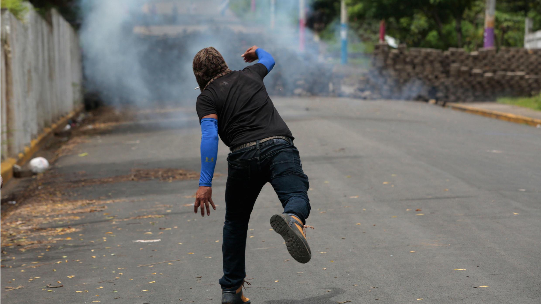 Un manifestante lanza una artefacto casero durante los enfrentamientos en la comunidad Monimbó, residente en Masaya, Nicaragua. 16 de julio de 2018.